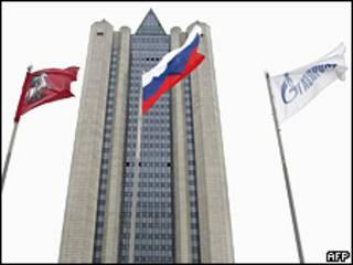 """Флаги России и """"Газпрома"""" развиваются перед зданием штаб-квартиры компании в Москве (фото 2006 года)"""