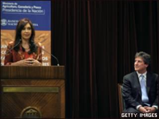 رئيسة الأرجنتين، كريستينا فرناندو، رفقة وزير الاقتصاد