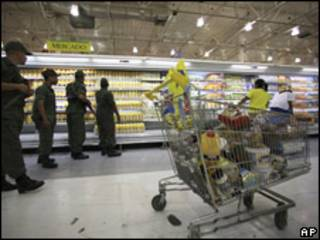 Militares en supermercado en Caracas