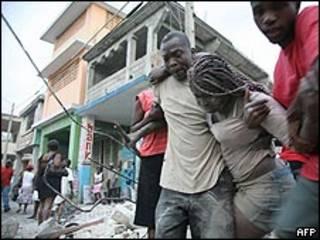 Vítimas são resgatadas após o terremoto em Porto Príncipe