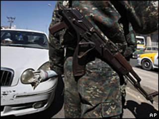 Control policial en Yemen. Imagen de archivo.