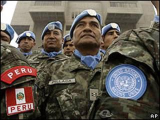 Cascos azules del ejército peruano.