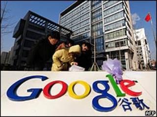 北京网民到谷歌中国总部献花(14/1/2010)