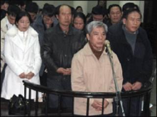 Ông Vũ Đình Thuần (giữa) và ông Lương Cao Sơn (phải) tại tòa