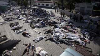 Тела погибших на улицах Порт-о-Пренса
