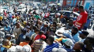 Multidão tenta comprar gás em Porto Príncipe (Foto: AP)