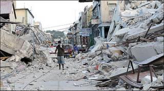 Haitiano caminha entre ruínas em Porto Príncipe