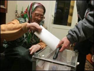 бабуся голосує вдома