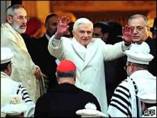 El Papa visita sinagoga judía en Roma