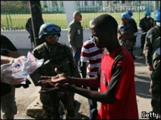Vítimas do terremoto recebem auxílio das tropas da ONU