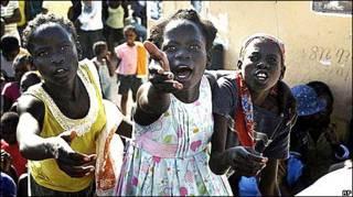 Garotas haitianas apelam por ajuda a funcionários de organizações internacionais