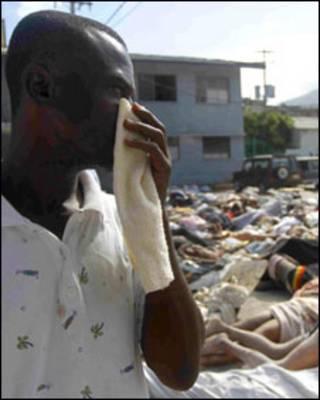 Haitiano procura por parentes em meio a vítimas do terremoto (AFP)