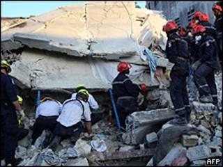 Socorristas tratan de rescatar personas entre los escombros de un edificio