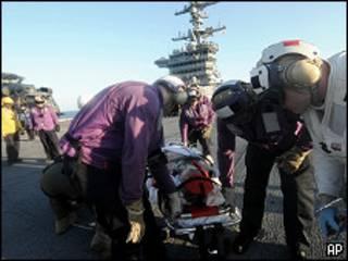 Una ciudadana estadounidense es atendida en el portaviones de EE.UU. Carl Vinson. Een helicóptero será llevada a Guantánamo.