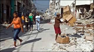 Haitianos vasculham destroços de terremoto