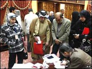 Familiares de las víctimas ponen sus firmas en la oficina del primer ministro de Irak