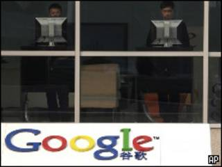 北京中關村谷歌中國總部接待大廳人們使用電腦(18/1/2010)