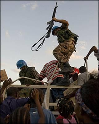 População invade caminhão com ajuda humanitária da ONU