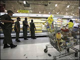 Soldados venezolanos en un supermercado Éxito