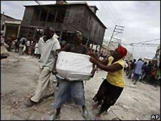 Haitianos peleando por paquetes de ayuda
