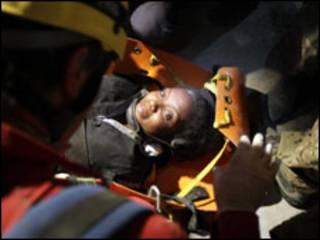 Haitiana Hoteline Lozama é resgatada dos escombros no Haiti