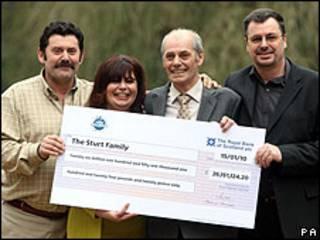 Da esq. p dir.: Colin, Teresa, George e Gary Sturt comemoram prêmio na loteria