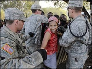 Haitiana recebe tenta receber ajuda de soldados americanos