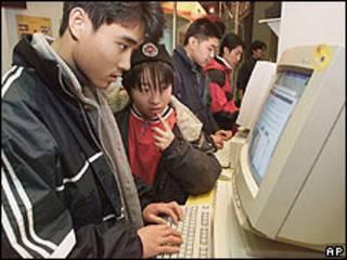 Joven chino observando una computadora