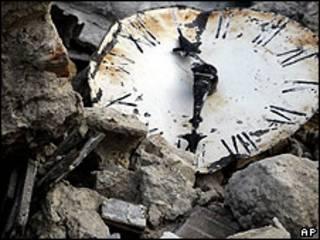 Reloj en medio de los escombros del terremoto de Haití