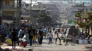 Moradores de Porto Príncipe limpam ruas para colocar camas