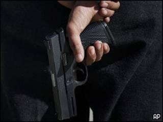 Hombre portando arma