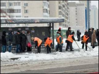 Комунальні служби розчищають дорогу у Києві (грудень 2009р.)