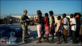 Soldado americano distribui água e comida no Haiti
