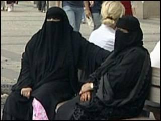 Mulheres com véu islâmico (arquivo)