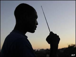 Hombre escuchando radio en Puerto Príncipe, Haití.