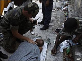 Anciana rescatada en Haití