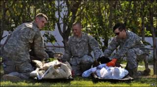 Soldados americanos dão assistência a feridos em Porto Príncipe