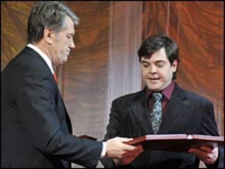 Президент Украины Виктор Ющенко вручает награду внуку покойного лидера ОУН, Степану Бандере-младшему