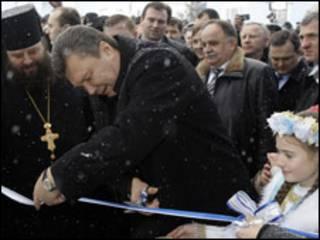 В. Янукович відкриває новий басейн у дитячому будинку в Західній Україні