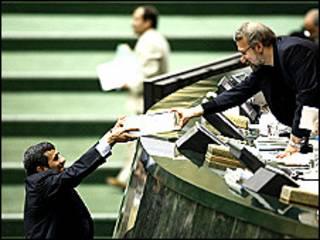 تصویر تقدیم بودجه توسط محمود احمدی نژاد به علی لاریجانی