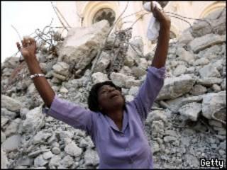 Una mujer llora la pérdida de sus familiares tras el terermoto de Haití