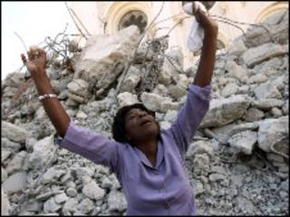 امرأة امام ركام منزلها في هايتي