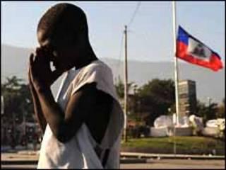 Mulher recebe comida no Haiti