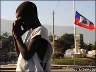 Niño rezando en Puerto Príncipe