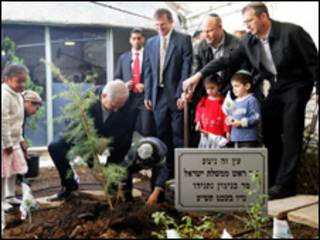 نتنياهو يغرس الشجرة مع المستوطنين