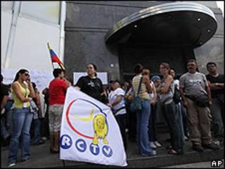 Empleados de RCTV frente a la sede del canal en Caracas