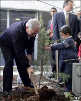 Биньямин Нетаньяху сажает дерево на Западном берегу