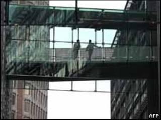 Dos hombres son vistos en el edificio de Goldman Sachs en el centro de Londres