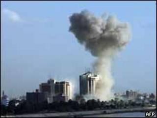 Una columna de humo se eleva luego de una explosión cerca del Hotel Plestina de Bagdad