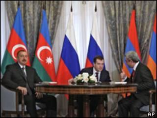 Слева направо: Ильхам Алиев, Дмитрий Медведев и Серж Саргсян на встрече в Сочи 25 января 2010 г.